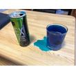 """テーブルが染まり、あんなものまで青色に? 話題のエナジードリンクが""""青すぎる""""とSNSで拡散"""