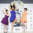 """世界的歌姫に扮したガリットチュウ福島さんと、菊地亜美さん、藤井サチさんが魅力的な""""香り""""を表現した絶頂ポーズをお披露目!"""