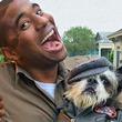 配達ルートにある家の飼い犬たちを抱き、笑顔で仲良し写真を撮影する超犬好き配達員(アメリカ)