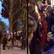 燃えるノートルダム大聖堂を見つめ、祈りの聖歌「アヴェ・マリア」を歌うパリの人々