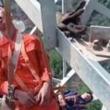 怖すぎる…! 高所作業員たちが安全帯をつけたまま鉄塔でお昼寝タイム。
