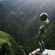 断崖絶壁に立つ「小便小僧」の謎 徳島の山奥、深さ200mの谷底に向かって...
