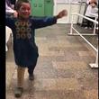 地雷で脚を失った男児が初めて義足をつけた瞬間に胸が詰まる