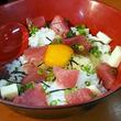 新鮮なマグロがゴロゴロ! 那覇・泊漁港で480円の『海鮮卵かけご飯』を食べてみた