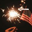 最も愛国心の高まる独立記念日を中国製花火でお祝いするアメリカ人