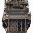 エッフェル塔に男がよじ登る、説得の末拘束