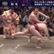 6度目Vへ鶴竜が横綱相撲 阿炎の突っ張り・のど輪に引かず 優勝争い首位併走