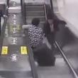 【間一髪】エスカレーターの上からスーツケースが!お婆ちゃんを救った若者に称賛の声!