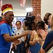 83歳の小学校の用務員さんが退職。学校側が開催した感動のサプライズパーティー。彼はこの日王様となった。