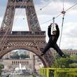 仏エッフェル塔からワイヤーで大滑空、最高速度は90キロ