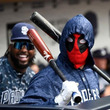 """【MLB】蜂の大量発生で試合中断のハプニング 選手はデッドプール姿で""""臨戦態勢""""!?"""