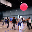 田上豊(田上パル)演出、巨大なボールで競う日本×フィリピンのスポーツコメディ『KIN-BALL キンボール』稽古場レポート