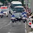 『天皇皇后両陛下』の御車列と緊走中の救急車が接近しまさかのハプニング!?