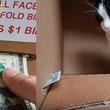 おやつを貯金してほしいニャン 飼い主さん手作りのダンボールATMの中で遊ぶ無邪気なネコちゃん