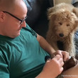 「痛くないかな?治るかな?」飼い主がお気に入りのぬいぐるみを緊急手術。それをずっと見守りつづける犬