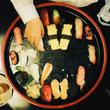お葬式のお弁当、お通夜のお寿司、ひとりで食べる冷凍パスタ…映画『ウィーアーリトルゾンビーズ』のリアルな食事写真