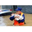 洪水の中、熟睡する赤ん坊を救出した消防士が話題に―中国