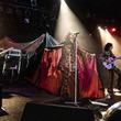 """レッド・ウォーリアーズが魅せた""""SWINGIN' DAZEという名のマジカル・トリップ・ショー""""オーディエンスの熱狂は、ラストの大合唱へ"""