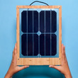 窓に掛けるだけで充電できる!デザイナーソーラーパネル「Window Solar Charger」がオシャレ
