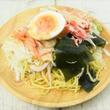ごまドレとラーメンが最高のコンビネーション☆「かにかまとわかめのラーメンサラダ」がセブンに新登場