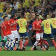 不穏な空気漂うコロンビアとチリの強豪対決 VAR判定でゴール取り消し、一触即発シーンも