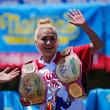 米独立記念日恒例のホットドッグ早食い、須藤さんが6連覇