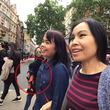 バッグから素早く財布を抜き取る美人女性3人のスリ集団。その巧みな手口が観光客のカメラに捉えられる(イギリス)