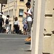 【錯覚】何気なく街で写真を撮ったら男性が浮いていた