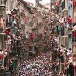 スペイン恒例の祭りで牛追い、3人が角で突かれる
