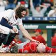 "【MLB】前半戦ラストにまさか… 捕手昏倒の""危険タックル""に米賛否「意図的」「事故だ」"