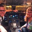 飛行機が大幅遅延、乗客がパイロットの母だけに