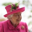 エリザベス女王 自らシャベルを手に植樹 慌てた職員にいった『ひと言』がカッコいい