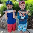 「魚を持ってポーズをとって」といわれた3兄弟 撮れた写真に全米が大爆笑