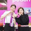 杏沙子、ドラマ『ランウェイ24』の撮影現場で朝比奈 彩とピーチポーズ