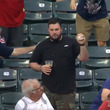 【MLB】「アメリカンヒーロー」 ビール片手にスーパーキャッチ、子供にあげた紳士が話題