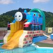 この夏「大江戸温泉物語 箕面温泉スパーガーデン」にきかんしゃトーマスがやってくる!親・子・孫の三世代で楽しめる温泉・食事・エンターテインメントがあるのはここだけ!