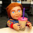 『チャイルド・プレイ』バディ人形のチャッキーさんが編集部にやってきた「タピオカは友達の証なんだよね」