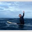 ![CDATA[サーフィン大会で優勝も!『メンタリスト』サイモン・ベイカー『ブレス あの波の向こうへ』波乗り動画公開中]]