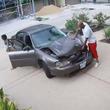 「凄いパワーだ」うちの駐車場にやってきたボコボコの車。車から出てきた男がその場で力技で修理していって話題に笑