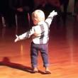 ダンス界の新スター?エルヴィスファンの赤ちゃん、悩殺ダンスで会場を沸かせる