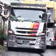 【神技】「プロから見てもすごい技術」日本に数台しかない重機運搬用の16輪ステアリング装置付トレーラーで民家ギリギリを走る技術がすごい!
