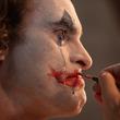 映画『ジョーカー』場面写真 ホアキン・フェニックス扮するジョーカーが涙