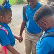 1日を無事に…新学期初日に祈りを捧げる子供たちの姿が胸を打つ