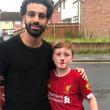 大好きなサッカー選手と写真を撮った男の子が鼻血を出している理由