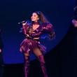 アリアナ・グランデ、ロンドン公演で母親が踊る姿に「こんなにもキュートな人っている?」