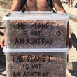 「喫煙者も悲しい」ギリシャのビーチで吸い殻を拾った結果が衝撃的