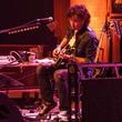 ギターはもちろん、ベース、ドラム、キーボードも使いこなす斉藤和義 2年ぶりの弾き語りツアーの東京公演をWOWOWで放送!