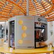 マジカルオレンジ!果汁はジュースに、皮はカップになって自動で出てくる循環型オレンジジュースマシーンが登場(イタリア)